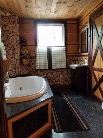 East Stoneham, ME: Full bathroom with jetted tub in The Grand Oak Treehouse