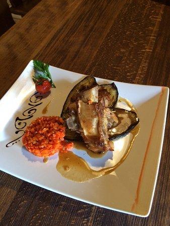 Gryon, Zwitserland: menu du jour - tendrons de veau à l'aubergine, tartare de tomate