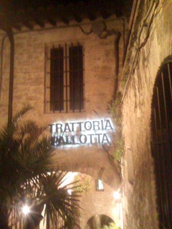 Trattoria Pallotta: vista desde el pasillo que te lleva a ese lugar