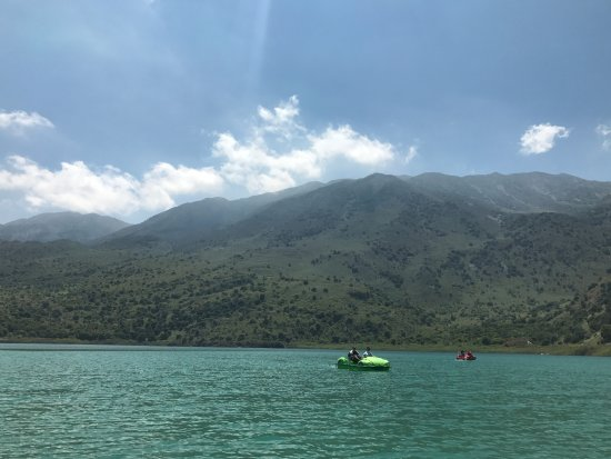Kournas, Griechenland: View of the hills from the lake.
