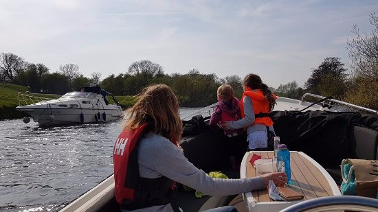 Boroughbridge, UK: Cruising down the river on a sunny afternoon....