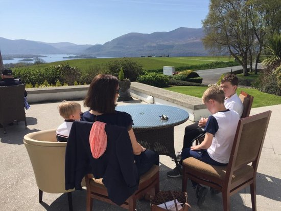 Aghadoe Heights Hotel & Spa: Terrace outside pool