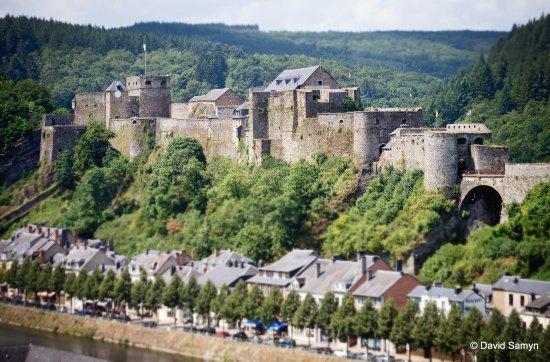 Bouillon, België: Le château se dresse majestueusement au-dessus de la ville.