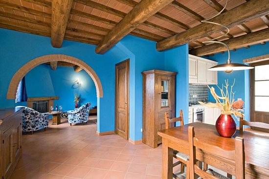 Bucine, Italia: Villa's dining and living rooms