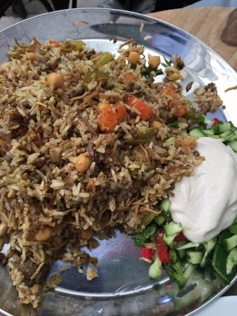 Manou Ba Shouk : Khidre with cucmber salad and tahini on the side
