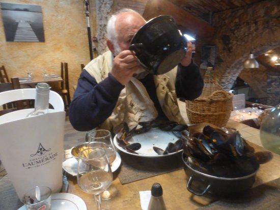 Roquebrune-sur-Argens, Francja: Moules cuisinées au naturel: une tuerie! Vin blanc compris