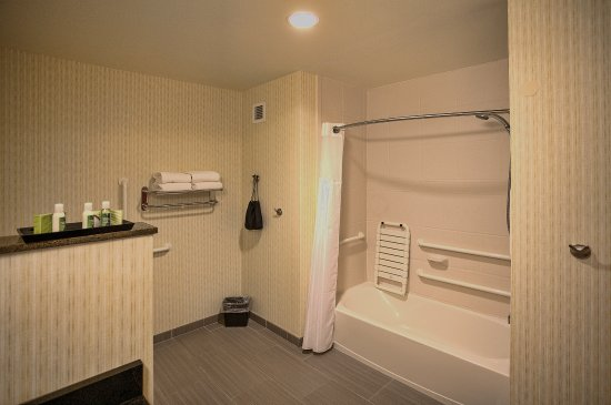 Accessible Bathroom with a Bathtub - Picture of Hotel Warner, West ...