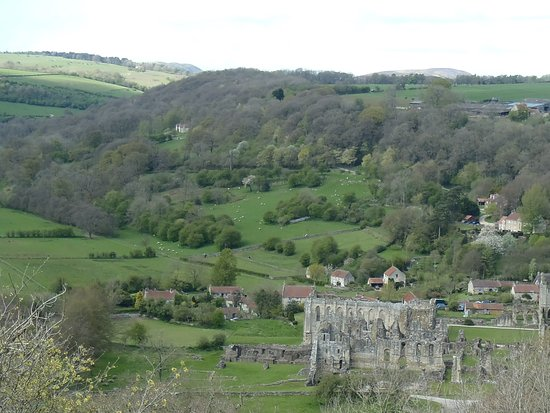 Helmsley, UK: View of Rievaulx abbey
