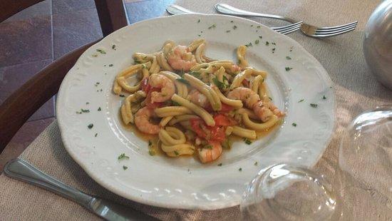 Casale sul Sile, Italy: pasta fatta al torchio con gamberi zucchine e datterino
