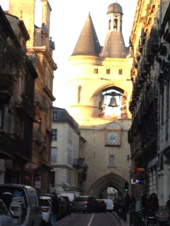 Grosse Cloche de Bordeaux: grand street picture of the tower