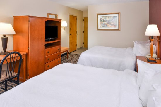 Americas Best Value Inn Moline : Two Queen Beds