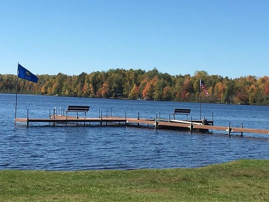 Lac du Flambeau, วิสคอนซิน: Early autumn on Squaw Lake from the shore of Sandy Point
