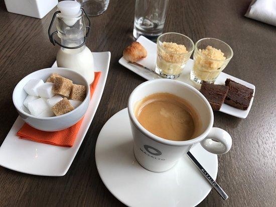 Wepion, Bélgica: Le lieu noir parfaitement cuit, l'Holstein savoureux à souhait et l'excellent petit noir et ses