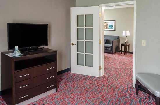 Best Western Plus Airport Inn & Suites: Two room suite with king bed