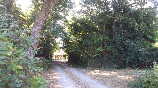 Saint-Pavace, Frankrike: allée vers le portail