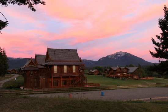Echo Valley Ranch & Spa: Baan Thai and Dove Lodge in the sunset