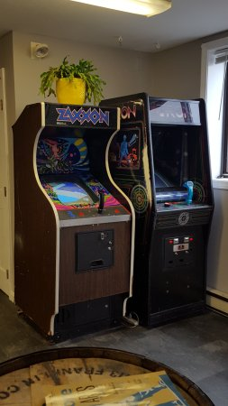 Newburyport, MA: The tasting room also has 2 arcade games!