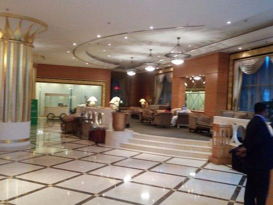 Corniche Hotel Abu Dhabi: hall hotel