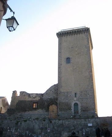 Castello e Torre Monaldeschi : la torre vista dalla piazza Unità d'Italia
