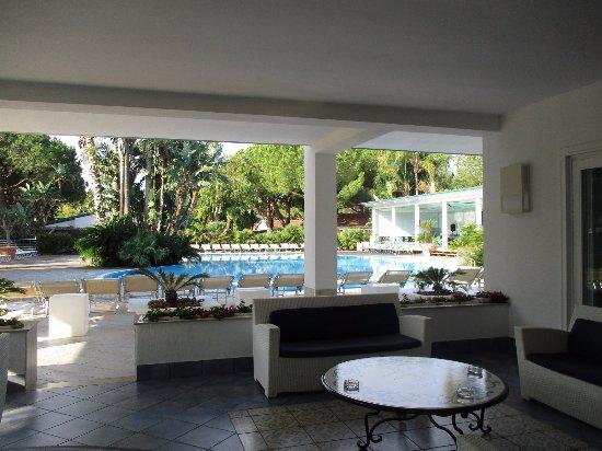 Salon extérieur et deuxième piscine et terrasse bar