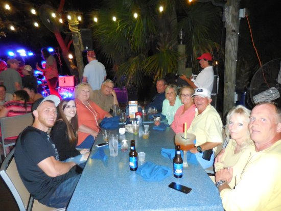 The Skull Creek Boathouse: Diners and the band outside at Skull Creek Boathouse