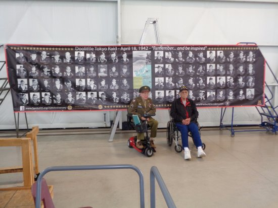 Urbana, Огайо: Local Area World War II Veterans Red Ketchum and George Snook Visiting the Museum