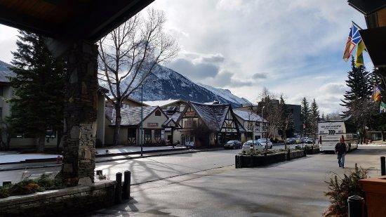 Banff Park Lodge Resort and Conference Centre: Utsikt fra inngang til hotellet.