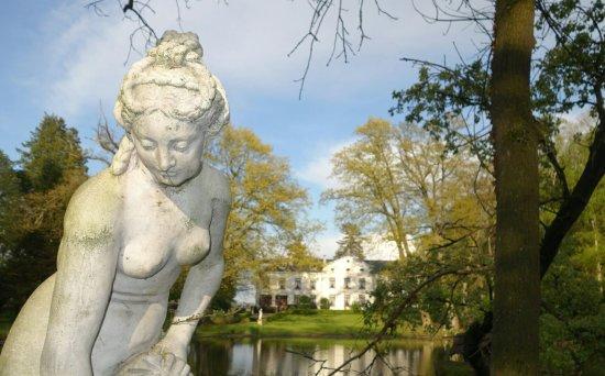 Aarschot, بلجيكا: Im Hintergrund das Hotel mit dem Charme vergangener Epochen. Klasse!