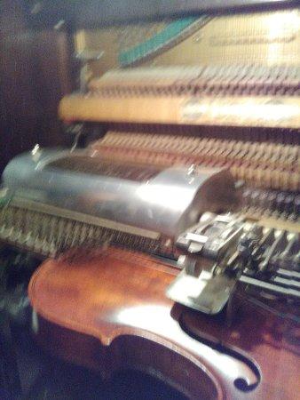 Montrose, Колорадо: violin player piano