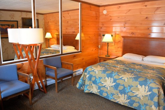 Lake Crest Inn: Our Standard Queen Rooms, located at front of property.
