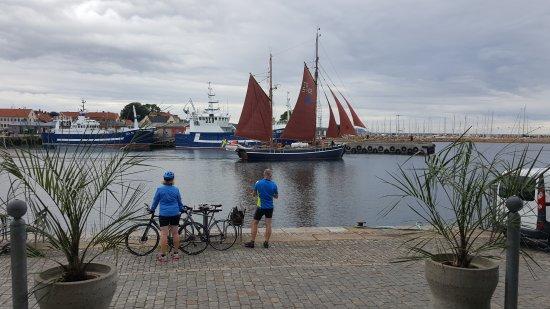 Simrishamn, Sweden: Fina båtar i hamnen utanför!