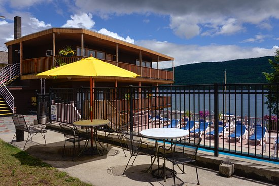 Lake Crest Inn: Picnic area above the lake front pool