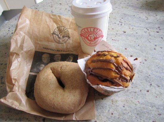 Laxou, Frankreich: Bagel au blé complet + formule : muffins pâte à tartiner noisettes et cappuccino