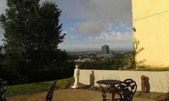 جابرييل هاوس - جيست هاوس: Back yard and part of the lovely views. The garden to the left hand side is really nice too