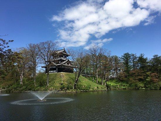 Joetsu, Japonia: 桜のシーズンも終え、これから初夏に向かう越後 高田城です。青空に緑が美しく映えます。