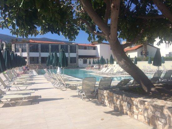 Aegean View Aqua Resort: Een gedeelte van het hoofdzwembad, op de achtergrond zie je het restaurant voor ontbijt/lunch/di
