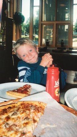 Lyngdal Municipality, Noruega: Steffen Theissen koser seg ved åpningen av restauranten i 2004.
