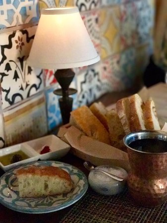 Sea Island, جورجيا: Freashly baked focaccia and olive paste in olive oil