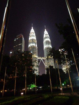 Traders Hotel, Kuala Lumpur: vista do Petronas a partir da recepção do hotel