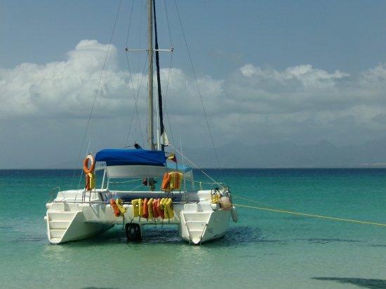 Coastal Islands, Venezuela: este catamaran tiene baño y te dan comida y bebida fresca con la excursion