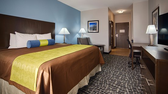 Colorado City, TX: At the end of a long day, relax in our clean, fresh king room.
