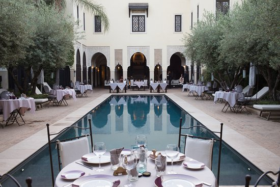 La Villa des Orangers - Hôtel: Piscina di sera con tavoli per la cena