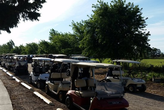 Oakes, Dakota del Norte: Golf tournaments are organized for corporate, benefits and charity events.