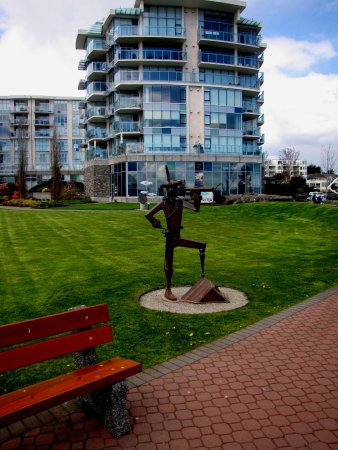 Sidney, Kanada: Metal Sculpture outside of the Center.