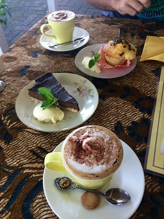 Mission Beach, Australia: Amazing coffees and homemade cakes (chocolate avocado cheesecake and passion fruit muffin!)