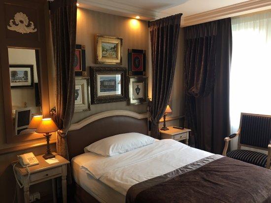 Hotel Royal - Manotel Geneva: Charming, clean and cozy room. Photo by @SassyPotatoStrikesAgain
