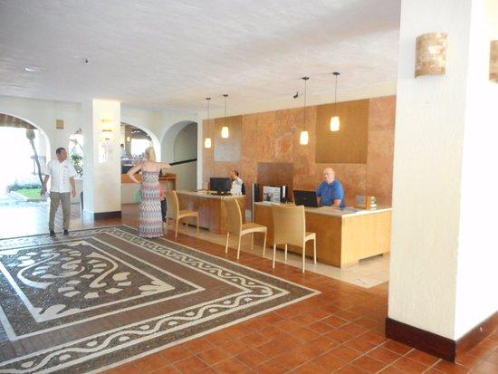 Plaza Pelicanos Grand Beach Resort: Friendly, welcoming Main Lobby and Reception area