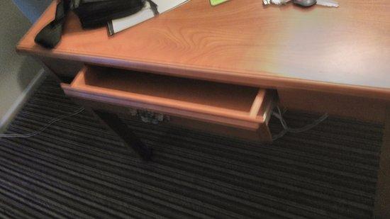 Travelodge Anaheim Convention Center: drawer won't close!