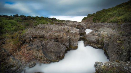 Husafell, Islândia: La fuerza del agua se deja ver bajo las rocas.