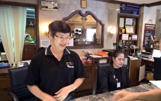 Royal Hotel Bangkok: Manager at Royal Hotel explaining two tiered room rates